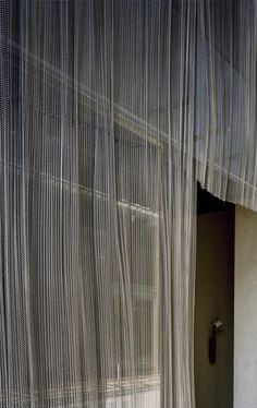 永山祐子建築設計 - YUKO NAGAYAMA&ASSOCIATES Theater Architecture, Facade Architecture, Facade Pattern, Casa Patio, Metal Curtain, Entry Hallway, Japanese Interior, Facade Design, Cladding