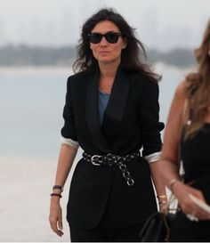 Have you seen French Vogue editor Emmanuelle Alt s sartorial choice for the Chanel resort Dubai show? Did you notice the wide lapel of the blazer and the white lining Emmanuelle Alt, Fashion Designer, Diva Fashion, French Girl Style, My Style, French Chic, Alia Shawkat, Gia Carangi, Chanel Resort