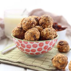 This simple and healthy no-bake oatmeal protein energy balls recipe is perfect for easy snacking on-the-go! With rolled oats, protein powder, peanut butter and a touch of honey, these energy balls will keep you satisfied for hours!