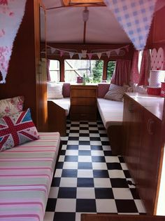 For their owners/dreamers, caravans mean freedom. Whether you manage or not, as your caravan is in front of the door, you always have the idea for Caravan Makeover, Caravan Renovation, Vintage Caravans, Vintage Travel Trailers, Retro Caravan, Caravan Ideas, Camper Ideas, Caravan Inside, Motorhome Interior