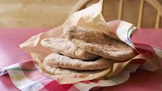Paul Hollywood's Gluten-free pitta bread from The Great British Bake Off from BBC Food. British Baking Show Recipes, British Bake Off Recipes, Great British Bake Off, Gluten Free Pita Bread, Gluten Free Flatbread, Gluten Free Baking, Pitta Bread Recipe, Foods With Gluten, Bread Recipes