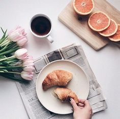 Friday morning ritual: black coffee, delicious croissants with a touch of floral. #feelgoodfriday #finallyfriday #tgif #fridaymorning #morningritual #blackcoffee #croissants #soiakyo