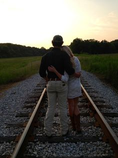 Railroad photography Country Couple Pictures, Save The Date Pictures, One Year Pictures, Cute Couple Pictures, Couple Pics, Photography Mini Sessions, Couple Photography, Engagement Photography, Photography Poses