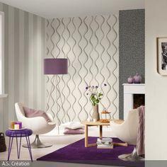 Die Retro-Sessel wurden in ein modernes Wohnzimmer eingefügt. Dieses wird vom Kontrast zwischen dem kühlen Grau der gemusterten Tapeten und dem satten Lila von …