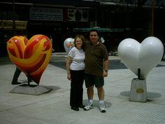 Aqui con mi mama en Retiro rodeados de corazones