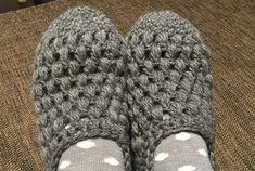 玉編みルームシューズ、完成しました^^ふっくらとした変り玉編みが気に入っています^^夜に写真を撮ったので、少し暗いですが、さっそく愛用中!足元ぬくぬくで暖か^^ただ、フローリングだとけっこう滑るので注意が必要かも。使用糸