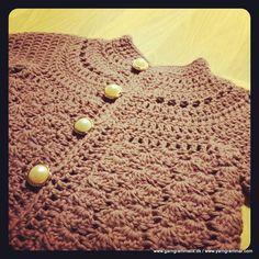 de første to løkker. Afslut med at slå garnet om nålen Cardigan Pattern, Baby Cardigan, Crochet For Kids, Crochet Baby, Chrochet, Diy Baby, Baby Kids, Kids Outfits, Knitting