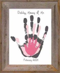 家族の愛で簡単アート 家族の手形を重ねるだけの簡単アートですが、 お洒落でいて家族愛に溢れています。 額は、100均の木枠でも十分様になります。…
