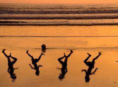 Obra del artista Amir Schiby en homenaje a los cuatro niños asesinados en Gaza mientras jugaban al fútbol.