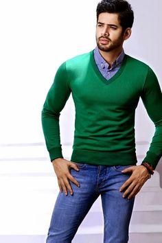 Comprar ropa de este look: https://es.lookastic.com/moda-hombre/looks/jersey-de-pico-verde-camisa-de-manga-larga-de-cuadro-vichy-azul-vaqueros-pitillo-azules/9001 — Camisa de Manga Larga de Cuadro Vichy Azul — Jersey de Pico Verde — Vaqueros Pitillo Azules