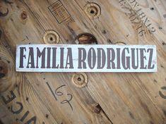Wood sign. Muestra de la familia de madera. Spanish family