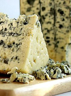 What French cheeses are popular in France? We'll cover the most popular French cheeses and offer tips on how to experience France's variety of cheeses. Roquefort Cheese, Queso Cheese, Wine Cheese, Charcuterie, Grapes And Cheese, Spreadable Cheese, French Cheese, Gourmet Cheese, Gastronomia