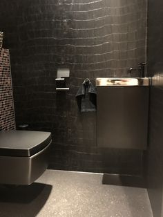 21 Concepts of Restroom Remodels for Tiny Rooms You'll Intend to Replicate Small Space Interior Design, Bathroom Interior Design, Wc Design, House Design, Black And Grey Bedroom, Industrial Kitchen Design, Home Decoracion, Restroom Remodel, Toilet Room