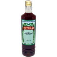 """Paratiana als """"Cachaça"""" zu bezeichnen wäre ein Irrtum. Obwohl es auf dem Markt schon viele Destillate aus Brasilien gibt, die mit Obst oder Ähnlichem aromatisiert werden, werden diese irrtümlich als Cachaça verkauft. Cachaça darf allerdings nur aus reinem Zuckerrohrsaft produziert werden und aus nichts anderem. Wie könnte man ein Produkt wie Gabriela Paratiana also bezeichnen? Ganz einfach: Aguardente, das mit Zimt und Nelken versetzt wird! Ketchup, Soy Sauce, Hot Sauce Bottles, Paraty, Bottles, Juice, Simple, Brazil, Woman"""