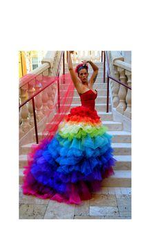 ¡Madre mía de mi vida! ¡Lo quiero! Vestido de novia, o de flamenca, o de súper fiesta, ¡¡¡de colores!!! Viva el arcoiris!
