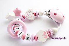 Schnullerkette mit Namen von Schnullerkette auf DaWanda.com Newborn Gifts, My Baby Girl, Babyshower, Homemade, Etsy, Chain, Creative, Pearls, Creativity