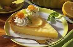 Zitronen-Pie mit Sahnehaube - 10 tolle Rezeptideen für Zitronenkuchen - Pie wird gern mit Äpfeln zubereitet. Mit einer Zitronencreme schmeckt er aber auch richtig klasse - nicht nur an heißen Sommertagen. » zum Rezept: Zitronen-Pie...