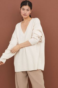 Textured-knit sweater in wool with cashmere content. V-neck, long sleeves, and ribbing at neckline and hem. White Knit Sweater, White Sweaters, Wool Sweaters, White V Necks, Fall Wardrobe, Ladies Dress Design, Fashion Details, Ideias Fashion, Cashmere