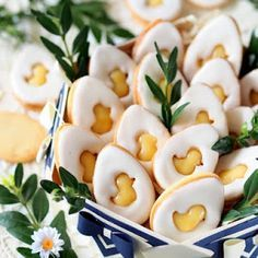 Vanilla cookies with lemon cream and icing New Year's Desserts, Christmas Desserts Easy, Cute Desserts, Dessert Recipes, Easter Recipes, My Recipes, Sweet Recipes, Slow Cooker Desserts, Vegan Candies