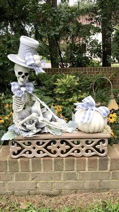 Wooden Halloween Decorations, Halloween Door Wreaths, Skeleton Decorations, Diy Halloween Decorations, Halloween Outside, Holidays Halloween, Halloween Crafts, Halloween Rules, Classy Halloween