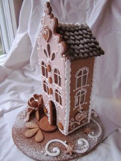 Tämä krumeluuri kerrostalo meni koulun joulumyyjäisiin yhden toisen pienen talon kanssa. Aika on tänä syksynä ollut kortilla ja siksi näitä ... Gingerbread House Patterns, Christmas Gingerbread House, Noel Christmas, Pink Christmas, Gingerbread Houses, Xmas, Christmas Cooking, Christmas Desserts, Christmas Decorations