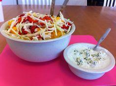 Liian hyvää: Marinoitu kaali-paprikasalaatti aurajuustokastikkeella My Cookbook, Serving Bowls, Rice, Tableware, Kitchen, Food, Healthy, Dinnerware, Cooking