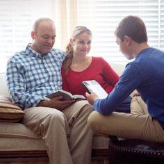 Uma família estudando a Bíblia juntos