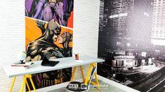 """Saiba como decorar um ambiente de maneira prática e rápida sem gastar muito! Terceiro episódio da série """"PROJETO CRIATIVO"""" A Imprimax forneceu espaço e materiais para que arquitetos e design de interiores esbanjassem sua criatividade, mostrando as possibilidades da utilização de vinil autoadesivos na decoração. Veja o projeto criado pela arquiteta e urbanista JANAINA BARBOSA E Design, Desk, Furniture, Home Decor, Architects, Adhesive, Environment, Creativity, Log Projects"""