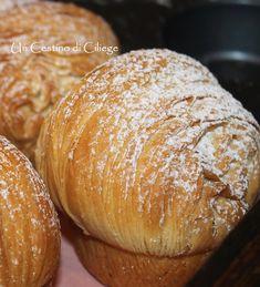 Cruffin, deliziosi dolcetti preparati con una sfoglia quasi simile ai croissant, arrotolati e cotti in uno stampo da muffin.  Ott...