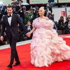 Bradley Cooper (en Gucci) et Lady Gaga (en Valentino Couture) - Celebrity Style Week: Celebrity Style Fashion and Latest Trends Bradley Cooper, Lady Gaga, Modern Street Style, Hippie Look, Valentino Couture, Elegant Outfit, Red Carpet Fashion, Look Fashion, Couture Fashion