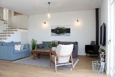 בית בעיצובה של נועה פריד שהכניסה המון עדינות, אור, ושילוב נפלא של כל הפרטים יחד. תאורה, כורסא, שידת אמבטיה ופריטי אקססוריז מטורקיז האוס נועה פריד