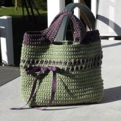 Crochet Bag - cute! (free pattern on ravelry) http://www.futuregirl.com/craft_blog/labels/starling%20handbag.aspx