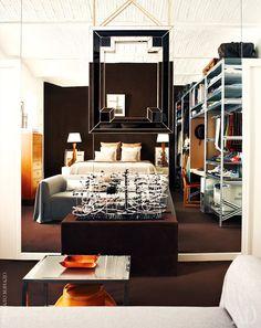 В зеркальной стене отражается спальня. Висящее на этой стене зеркало с трехмерной рамкой сообщает пространству дополнительную глубину.