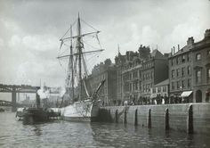 Newcastle on Tyne quayside in 1897 with steam paddle tug 'Newcastle' Blaydon Races, Boat Art, North East England, Coal Mining, Historical Pictures, Newcastle, Paddle, Old Photos, History