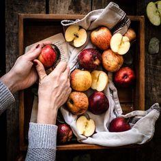 Auf dem Weg zum fertigen Foodfoto entstehen immer wieder wunderschöne Stillleben. Wir lieben es, das rohe Obst und Gemüse einzufangen und in Szene zu setzen. Für mehr Tipps zur Foodfotografie schaut doch mal bei Klara & Ida vorbei. #Äpfel #Apfelkuchen #Obst #Gemüse #Foodfotografie #Bildkomposition #Kochen #Stillleben Food Styling, Food Photography Styling, Instagram Feed, Still Life Photos, Pink Lady, Foodblogger, Still Life Photography, Culinary Arts, Light Recipes