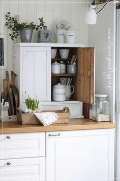 Oma koti onnenpesä: Ystävän upea koti Farmhouse Kitchen Decor, Country Kitchen, Kitchen Dining, Kitchen Tools, Cute Kitchen, Vintage Kitchen, Kitchen Dresser, Shabby, White Cottage