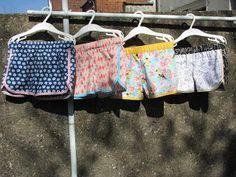 Toen ik op de blog van Sofie haar maaksel voor de Sew Challenge zag, dacht ik: 'Oh, shortjes! Dat moet ik ook nog maken!' En shortjes in katoen, ideaal om mijn stapel katoenen stofjes wat te verkleine
