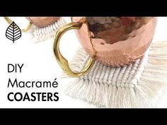 DIY Macrame Coasters A step-by-step guide on how to make Macrame Coasters using half-hitch knots! (Half hitch tutorial) ↠ 7 inch cords per coaster ↠ 5 ft cords per coaster ↠ Larks head knot 5 ft cords onto pen… Macrame Art, Macrame Projects, Macrame Knots, Macrame Tutorial, Diy Tutorial, Free Macrame Patterns, Diy Recycling, Diy Cadeau, Diy Tumblr