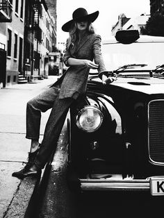 Poppy Delevingne was shot by Billy Kidd. Black Cab, Black And White, Street Chic, Street Style, Billy Kidd, Feminine Tomboy, Suit Up, Poppy Delevingne, Vogue
