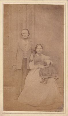 parents posing with their deceased daughter Postmortem Images, Memento Mori Photography, Post Mortem Pictures, Bizarre Photos, Book Of The Dead, Kid Photos, Post Mortem Photography, Celebrity Deaths, Antique Pictures
