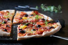 PIZZA MED ITALIENSK SALAMI OG OLIVEN Frisk, Vegetable Pizza, Mozzarella, Recipies, Dinner, Vegetables, Food, Olives, Recipes