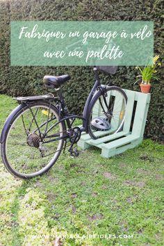Retrouvez le tutoriel imaginé par Sader pour fabriquer un garage à vélo DIY grâce à une palette en bois. Garage Velo, Public, Bicycle, Diy, Ideas, Tejidos, Garden Landscaping, Lawn And Garden, Bricolage
