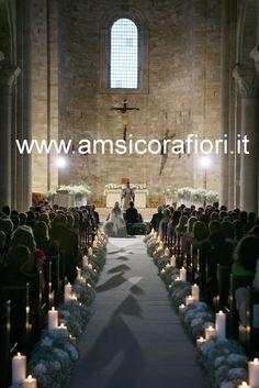 Fiori matrimonio per allestimento floreale chiesa cattedrale di Trani (Puglia) con ortensie grigio perla e candele