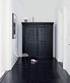 Black floorboards and white walls Style At Home, Black Floorboards, Interior Architecture, Interior And Exterior, Black Architecture, Interior Office, Interior Modern, Minimalist Interior, Scandinavian Interior