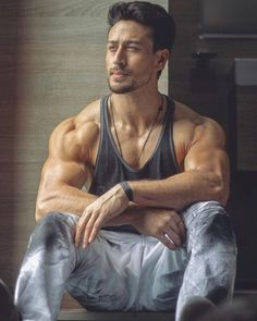 fitness no pain no gain homme musculation muscles thé modèles Actor Photo, Actor Picture, Rougue One, Bollywood Actors, Bollywood Celebrities, Bollywood Couples, Indian Celebrities, Tiger Shroff Body, Bodybuilding