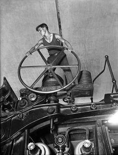Комсомолец за штурвалом бумагоделательной машины. 1929 год. Балахна.