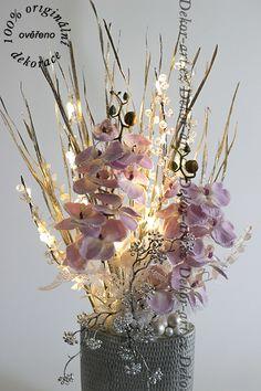 Luxusní vánoční dekorace na stůl s něžně fialovými orchidejemi, ve stříbrné váze s led osvětlením. Glass Vase, Chandelier, Ceiling Lights, Led, Flowers, Home Decor, Navidad, Homemade Home Decor, Candelabra