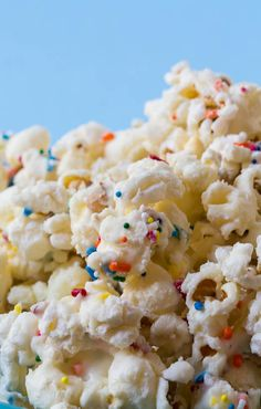 Popcorn AND cake mix. Cake Batter Popcorn - just 3 ingredients turns regular popcorn into a fun and festive sweet treat! Delicious Desserts, Dessert Recipes, Yummy Food, Cake Batter Popcorn, Cake Batter Cookies, Spicy Recipes, Cooking Recipes, Flavored Popcorn, Popcorn Snacks