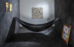 Kunst in de badkamer met het ligbad / hangmat Vessel