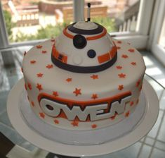 My client for this cake loved everything Star Wars! While I have done several cakes from the old school movies, this was the first that I did of one of the new characters. Star Wars Torte, Star Wars Cake Toppers, Tema Star Wars, Star Wars Bb8, Fancy Cakes, Cute Cakes, Bb8 Cake, Aniversario Star Wars, Star Wars Birthday Cake